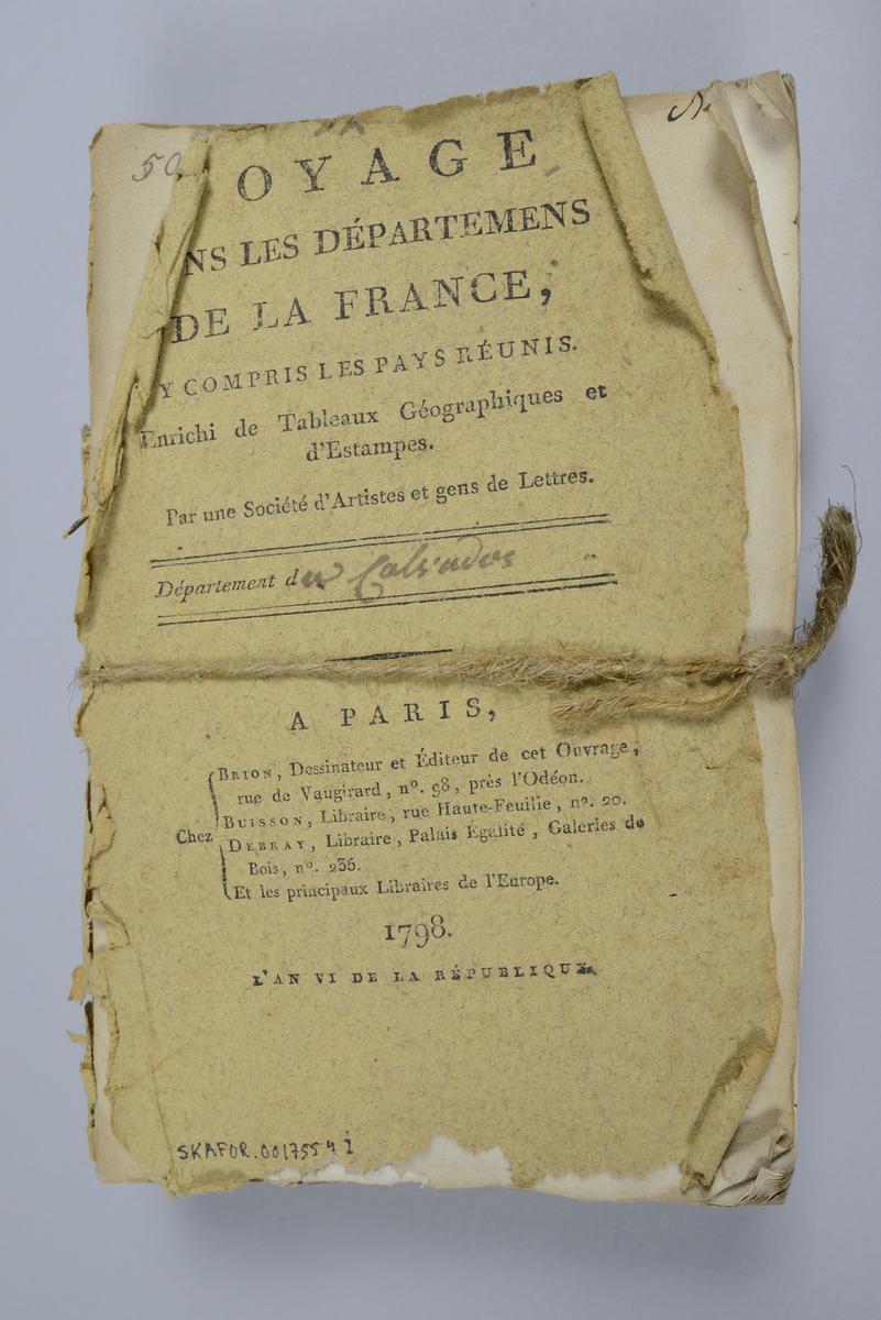 """Bok, häften, """"Voyage dans les départemens de la France"""", bunt med 8 häften med beskrivningar över olika departement i Frankrike, utgivna 1793-1798 i Paris. Bunten sammanhållen med snöre. Häftena har omslag av brunt papper och tryckt text på omslaget, skurna snitt. Försättsbladen med påskrift med tusch: N:o 25-32. Med färglagda tryckta kartor och kopparstick. Häftena nötta och skadade."""