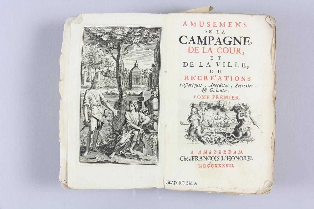 """Bok, häftad, """"Amusemens de la campagne, de la cour et de la ville"""", del 1, tryckt 1737 i Amsterdam Pärm av marmorerat papper, oskuret snitt. På ryggen etikett med  titel och samlingsnummer."""