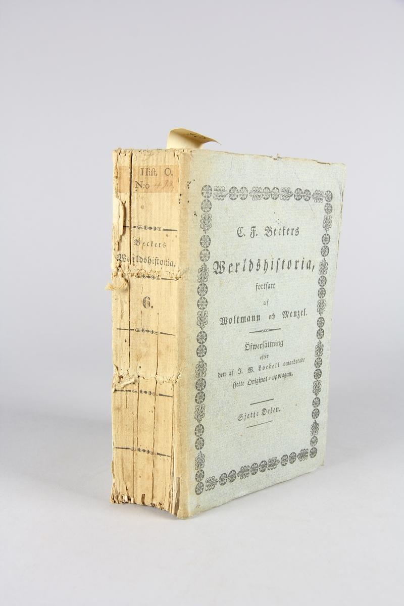 """Bok, häftad """"C. F. Beckers Werldshistoria"""" del 6. Pärmar av gråblå papp, oskuret snitt. Tryckt text på pärmarns fram- och baksida. Blekt rygg med tryckt titel och etikett med samlingsnummer. Bakre pärm lös."""