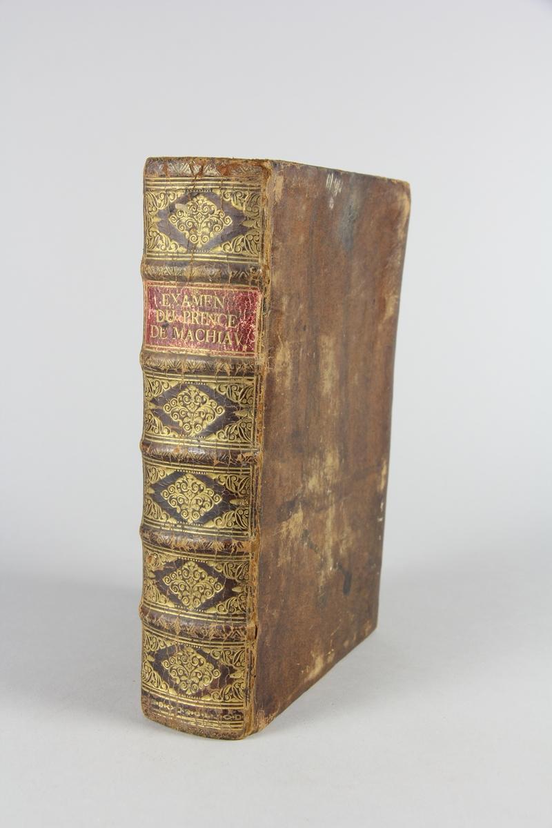 """Bok, skinnband, """"Examen du prince de Machiavel""""., del 1. Guldpräglad rygg med fem upphöjda bind, rött fält med titel. Marmorerat papper på pärmarnas insida. Stänkkt snitt."""