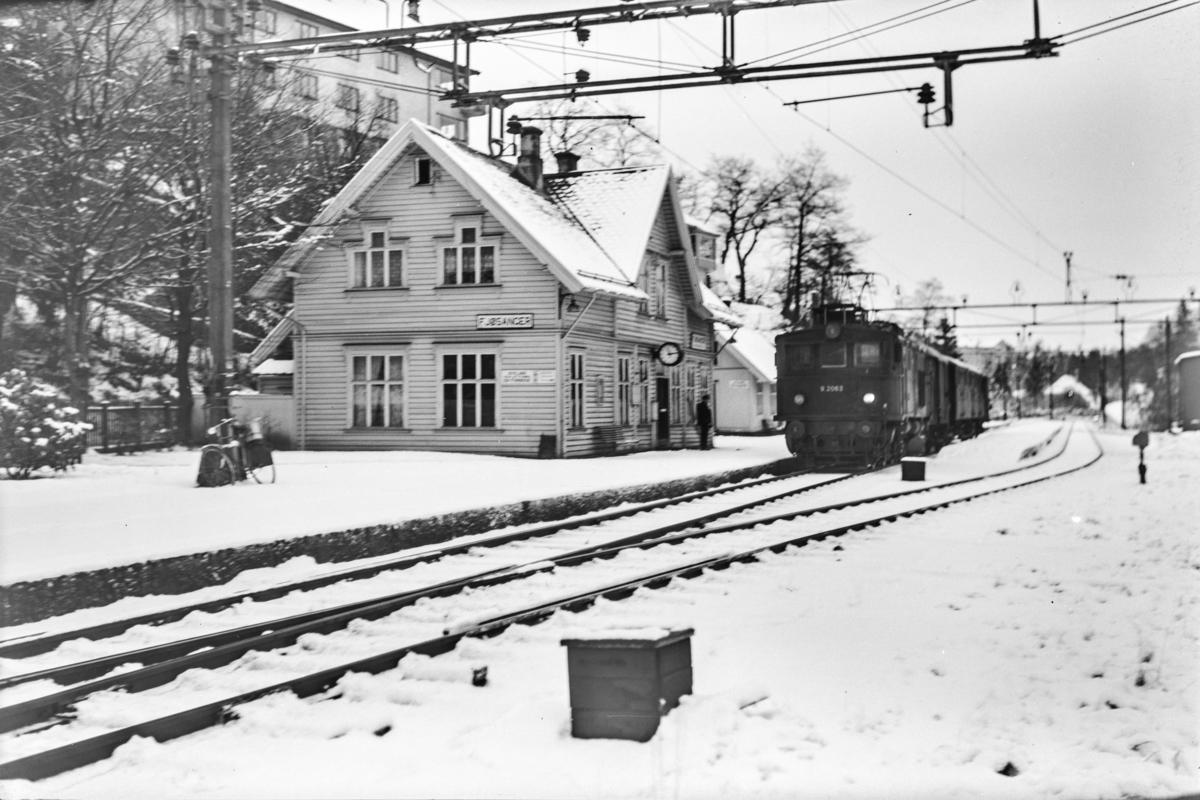 Godstog retning Bergen, tog 5509, ved Fjøsanger stasjon. Toget trekkes av elektrisk lokomotiv type El 9 nr. 2063.