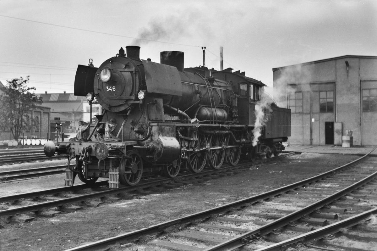 Damplokomotiv type 30b nr. 346 ved lokomotivstallen på Hamar stasjon.
