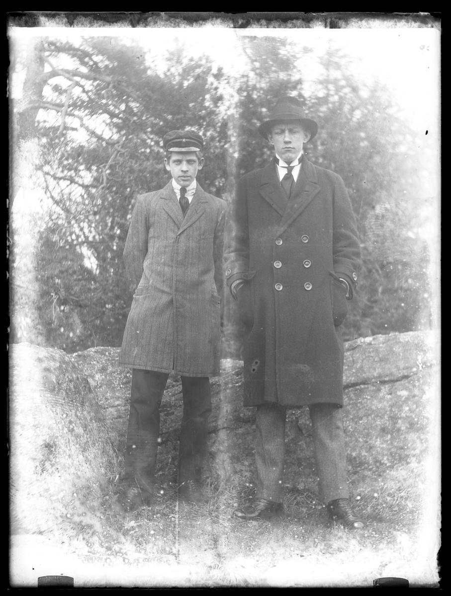 Gustav Kronberg och Gusten Hansson sida vid sida framför stenblock.