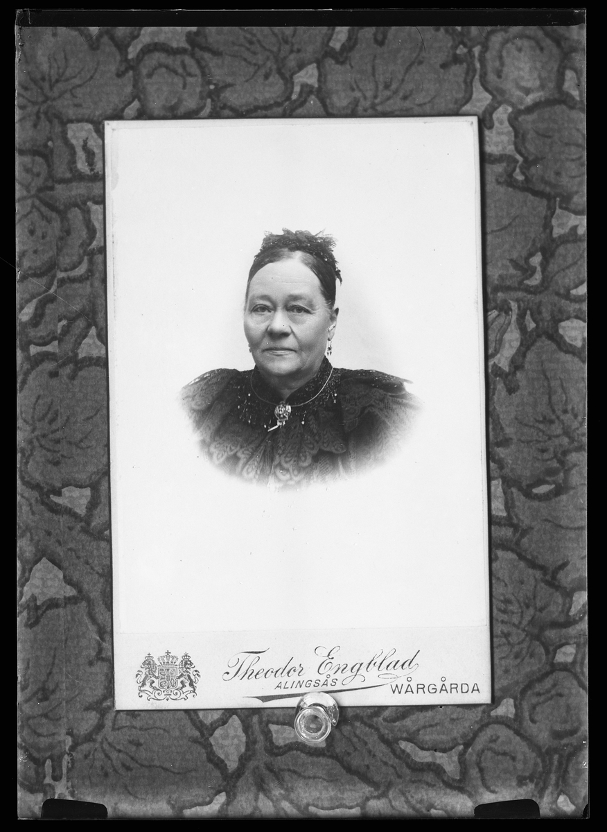 Reprofotografi av ett porträtt på Harald Olssons farmor,
