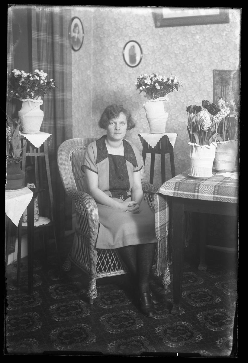 Gulli Hallgren fotograferad i ett finrum i samband med Fru Hallgrens 50årsdag.