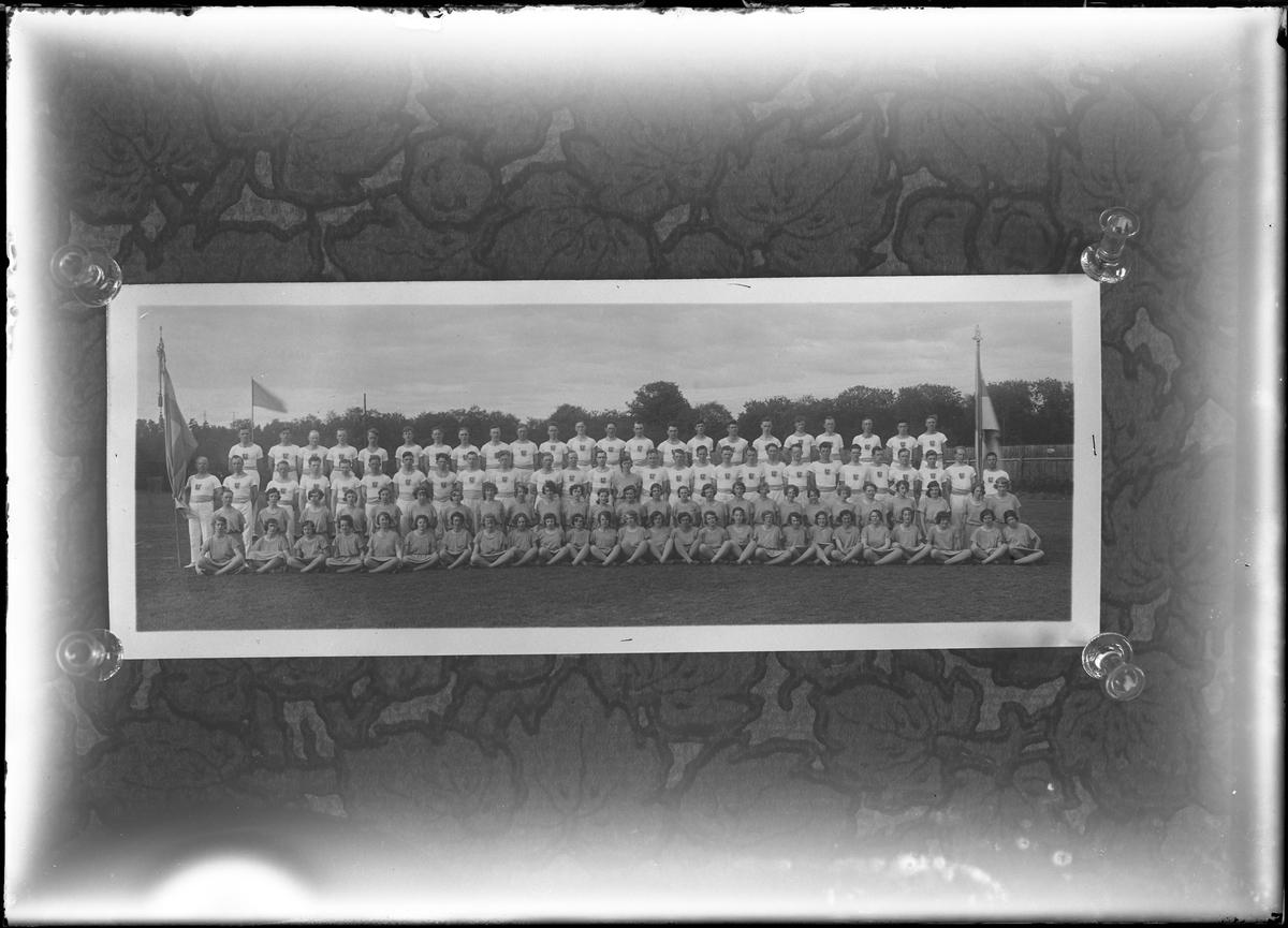 Reprofotografi av gruppbild på gymnaster uppställda i tre rader.