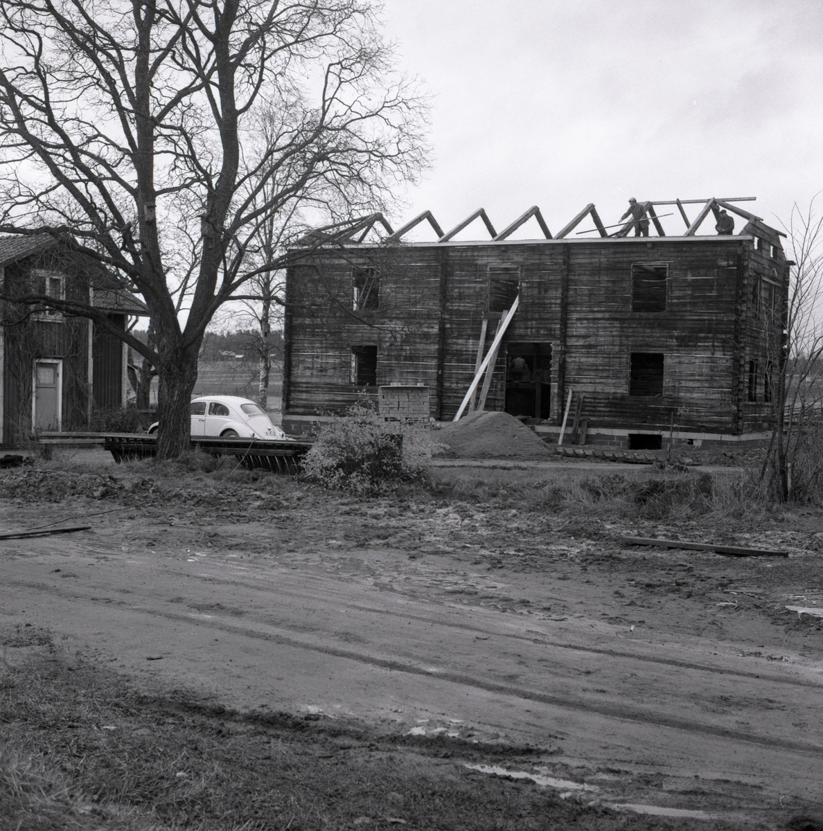 Några män arbetar med att bygga tak till det nya bostadshuset vid gården Sunnanåker, 1967.