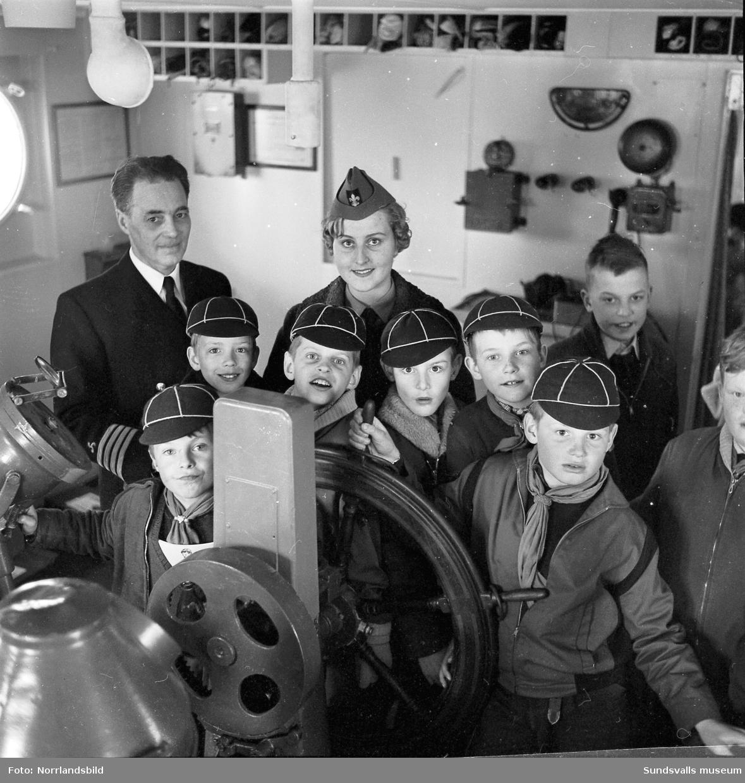 Unga pojkscouter, vargungar, besöker tankbåten Asato.