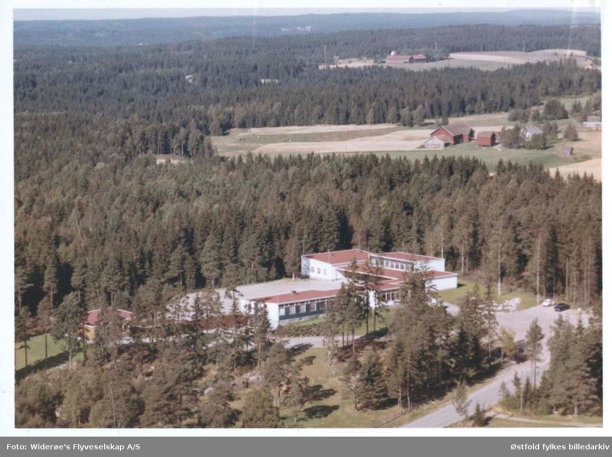 Skråfoto av Os skole i Rakkestad, 11. sept. 1963.