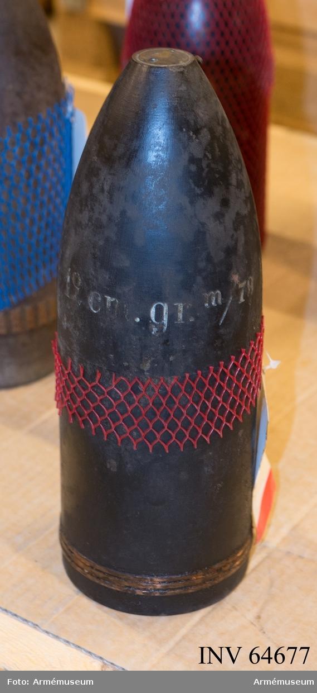 Grupp F II. 12 cm granat m/1879 med tillhörande rör till räfflad bakladdningsmateriel.  Med lätt nedslagsrör m/1885.