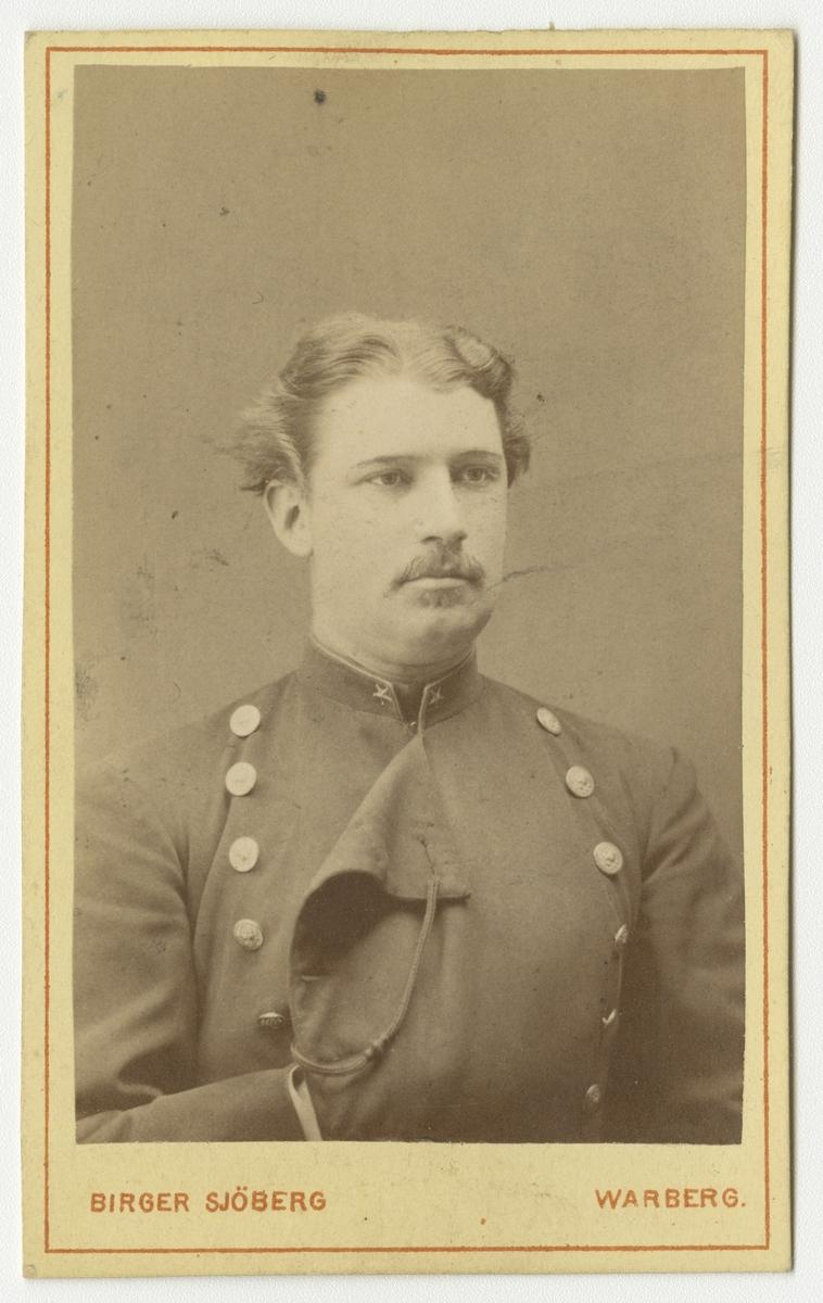 Porträtt av Wilhelm Mauritz Frykman, underlöjtnant vid Västgöta regemente I 6.  Se även bild AMA.0002165 och AMA.0006719.
