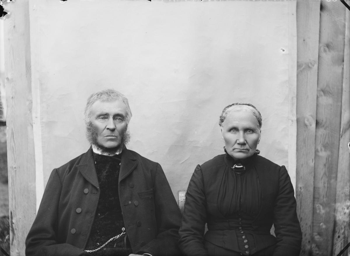 Ola og Kari Mølmen. Ole (1830-1912) gift 1854 med Kari Hansd. fra Søre Sør-Einbu (1835-1917). De hadde 10 barn. (Kilde Bygdebok for Lesja 1, side 299)