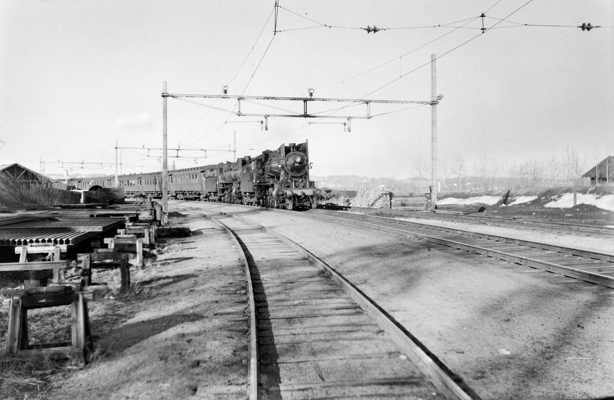 Dagtoget fra Trondheim til Oslo Ø over Røros, tog 302, kjører inn mot Hamar stasjon. Toget trekkes av damplokomotiv type 26c nr. 397 (forspann) og 30b nr. 353 (ekstra forspann).