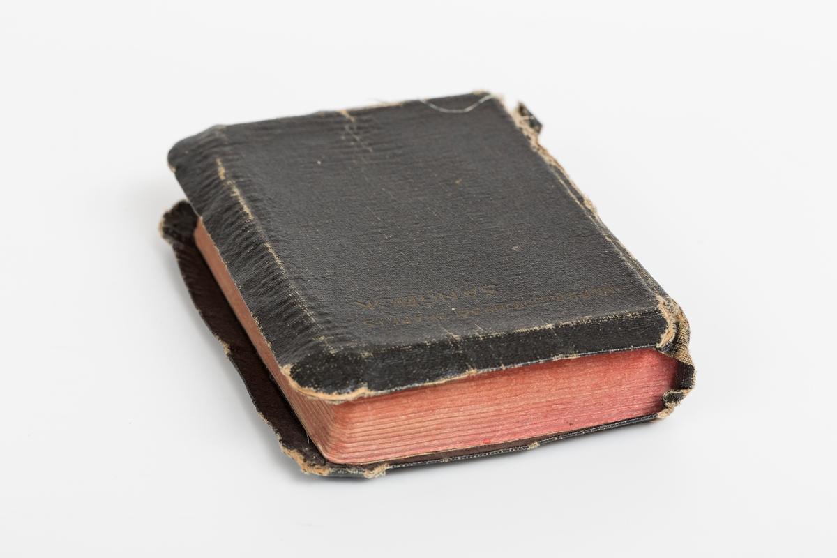 Sangbok utgitt av Indremissionsselskapets forlag, Kristiania 1922. Slitt helshirtingbind, revnet i ryggen.