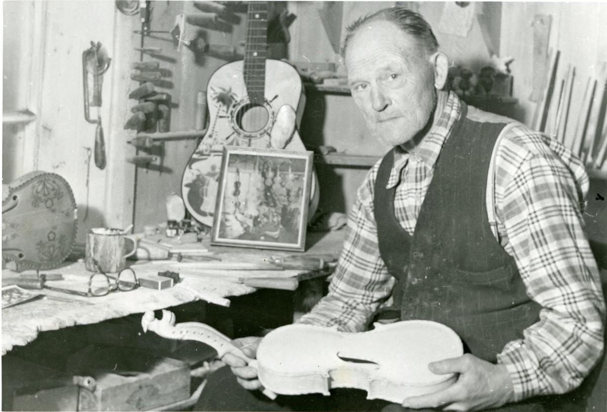 Felemakar Knut K. Langkås sitjande i felemakarverkstaden på Langkås.