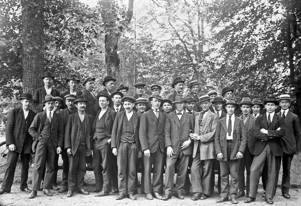 Strejkande metallarbetare 1917.  Originalkopia finns, 10x15 bruntonat vykortspapper.