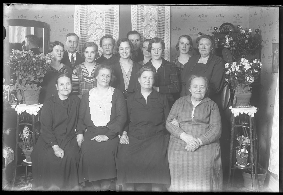Gruppbild på 14 personer i tre rader. Bilden är tagen isamband med Fr. Johanssons (i helsvart, andra från kanten på första raden) 50års dag.