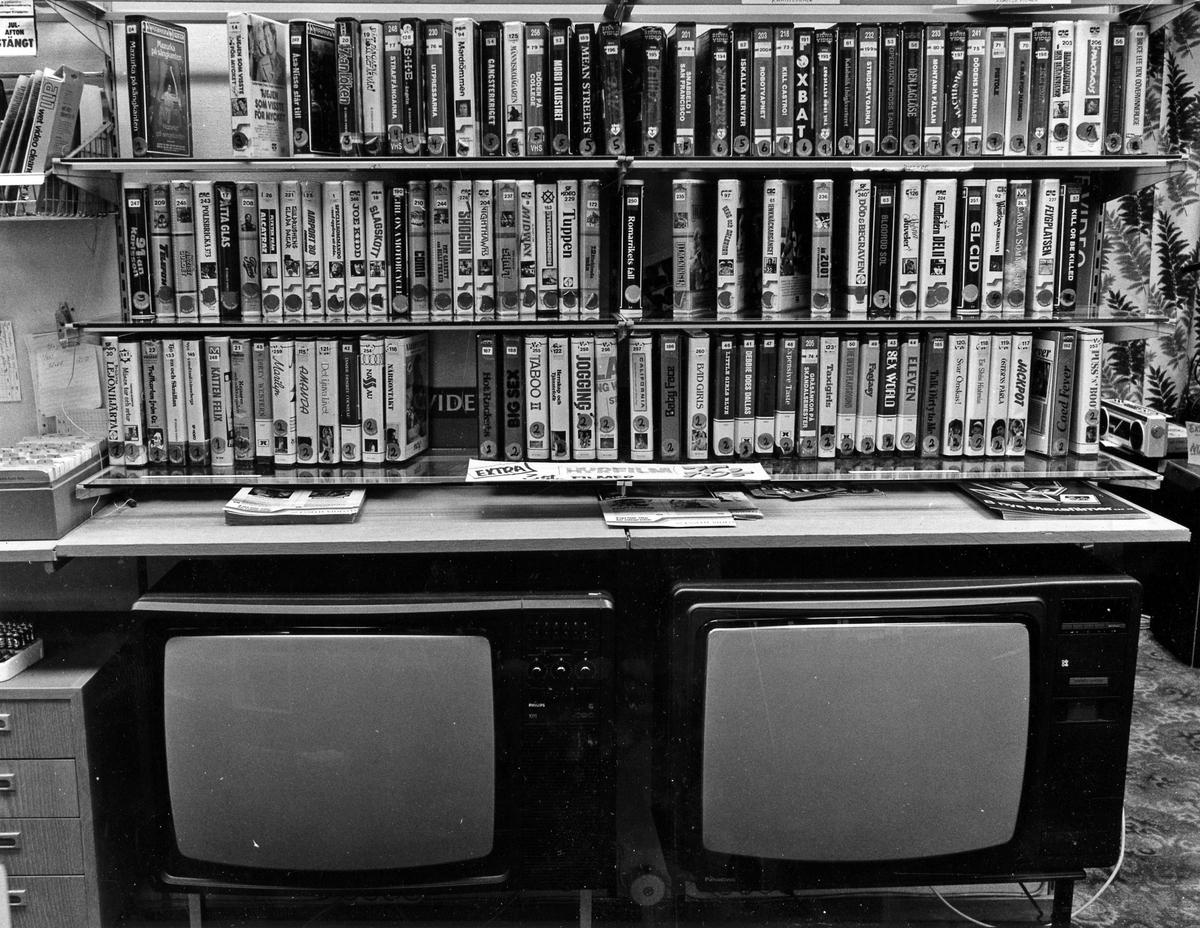 Interiörbild med 2 TV-apparater och en hylla ovanför med VHS filmer. Från BW Radio-Tv. Kvarteret Gustav 2. Stora Torget.