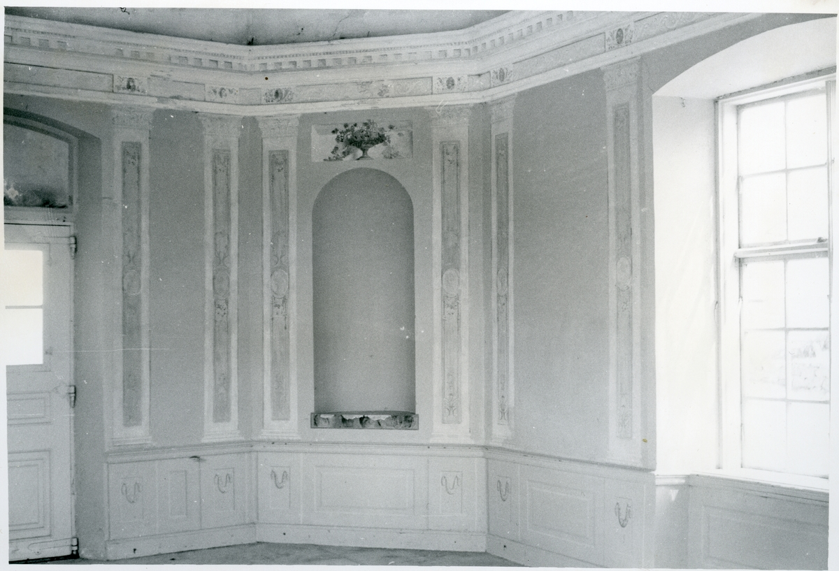 Gunnilbo sn, Färna herrgård.  Interiör av lusthuset vid Färna herrgård, de utsmyckade väggarna.
