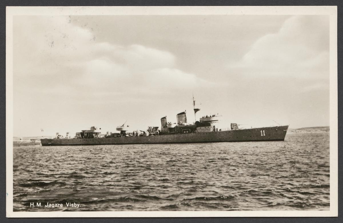 Vykort som visar jagare Visby på havet från styrbordssidan.