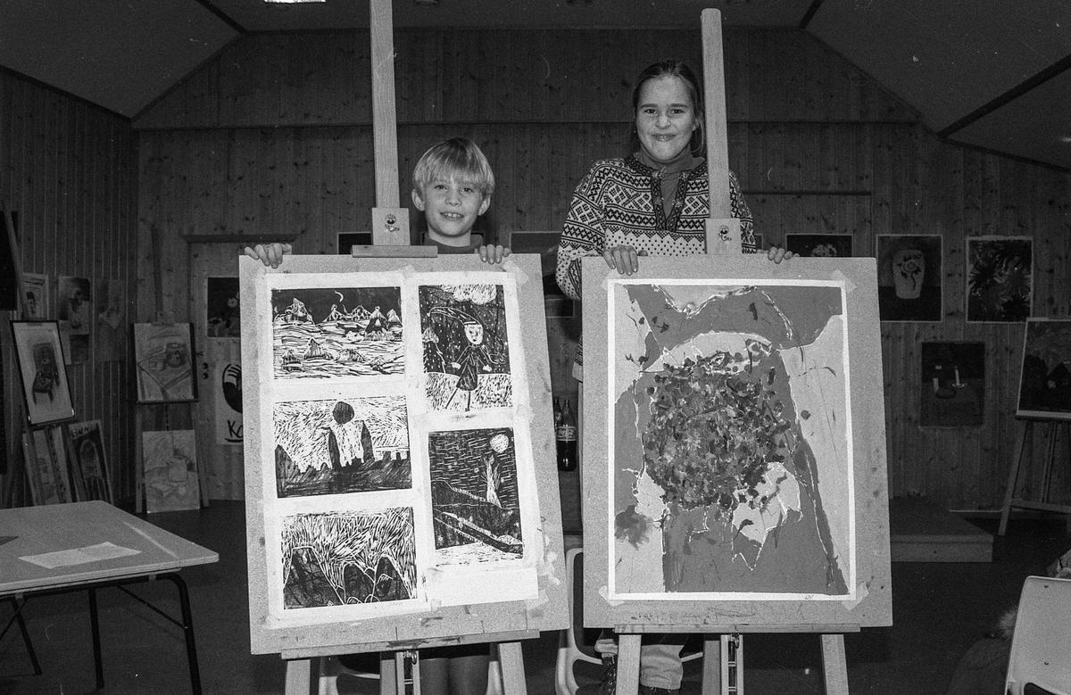 Kolbotn Kunstskole for barn med utstilling. Fra venstre: Erlend Skjer Flem og Liv Thorsen.