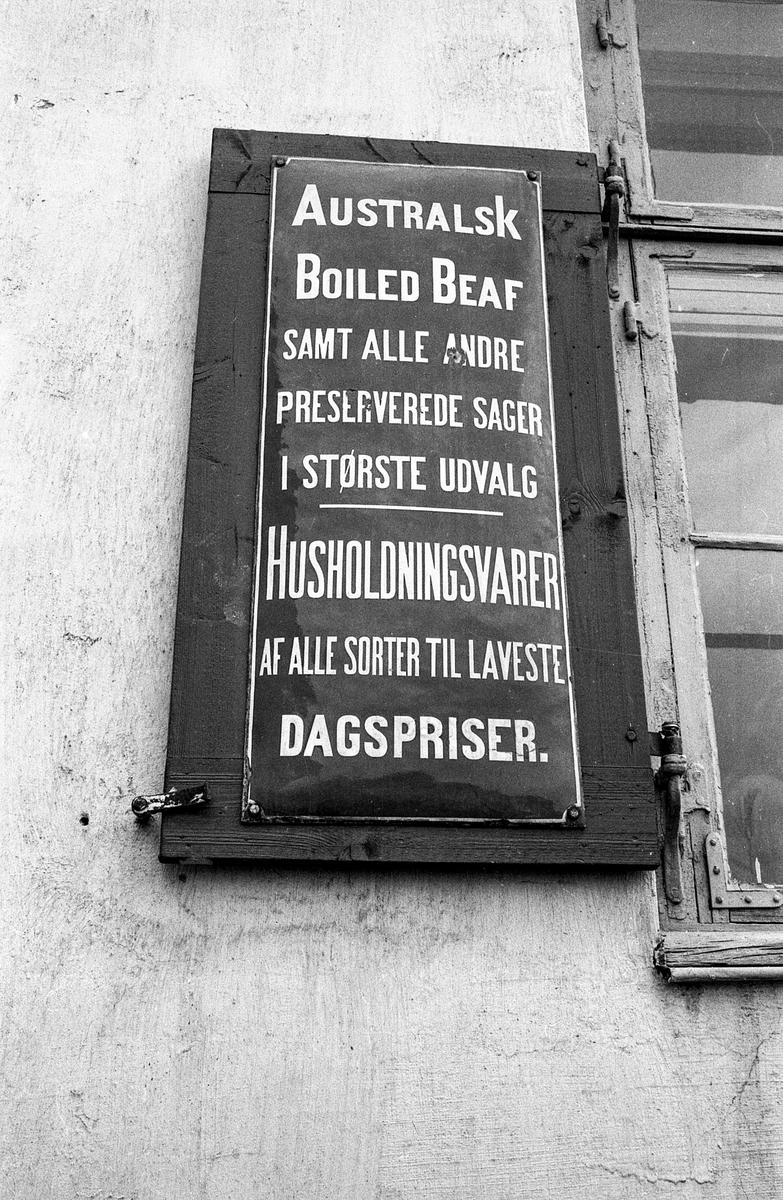Diverse motiver fra Son sentrum. Villa i Strandvegen i Son, bebodd av Carl Dørnberger fra 1896. Kunstneren Arne Samuelsen (Tassulv) bor der nå.