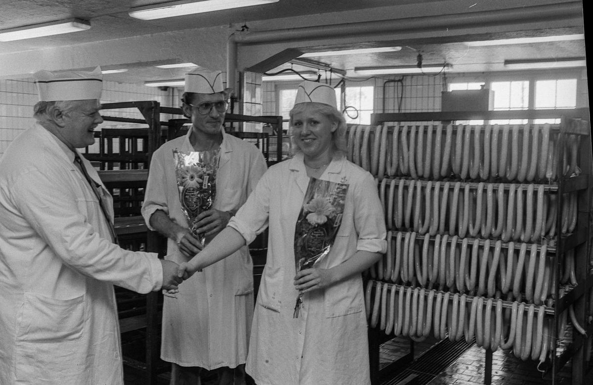 Tomte Mat i Ås med to ferdigutdannede pølsemakere. Hans Olav Skjolden og Anne Line Bjørnstad.