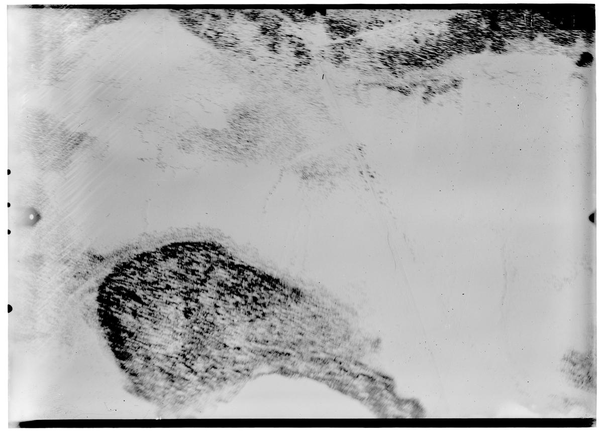 Flygfotografi av landskap kring Märkäjärvi i norra Finland under finska vinterkriget, 1940. Spaningsbild över skog och fält / sjö tagen av flygare vid F 19, Svenska frivilligkåren i Finland.