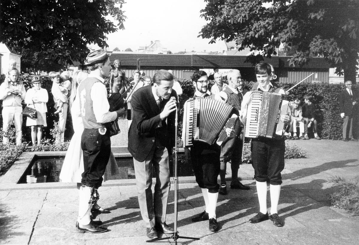 Engelskt folkdanslag spelar upp till dans i museiparken,  vid mikrofonen P.H Rosenström, tidigare museiintendent.