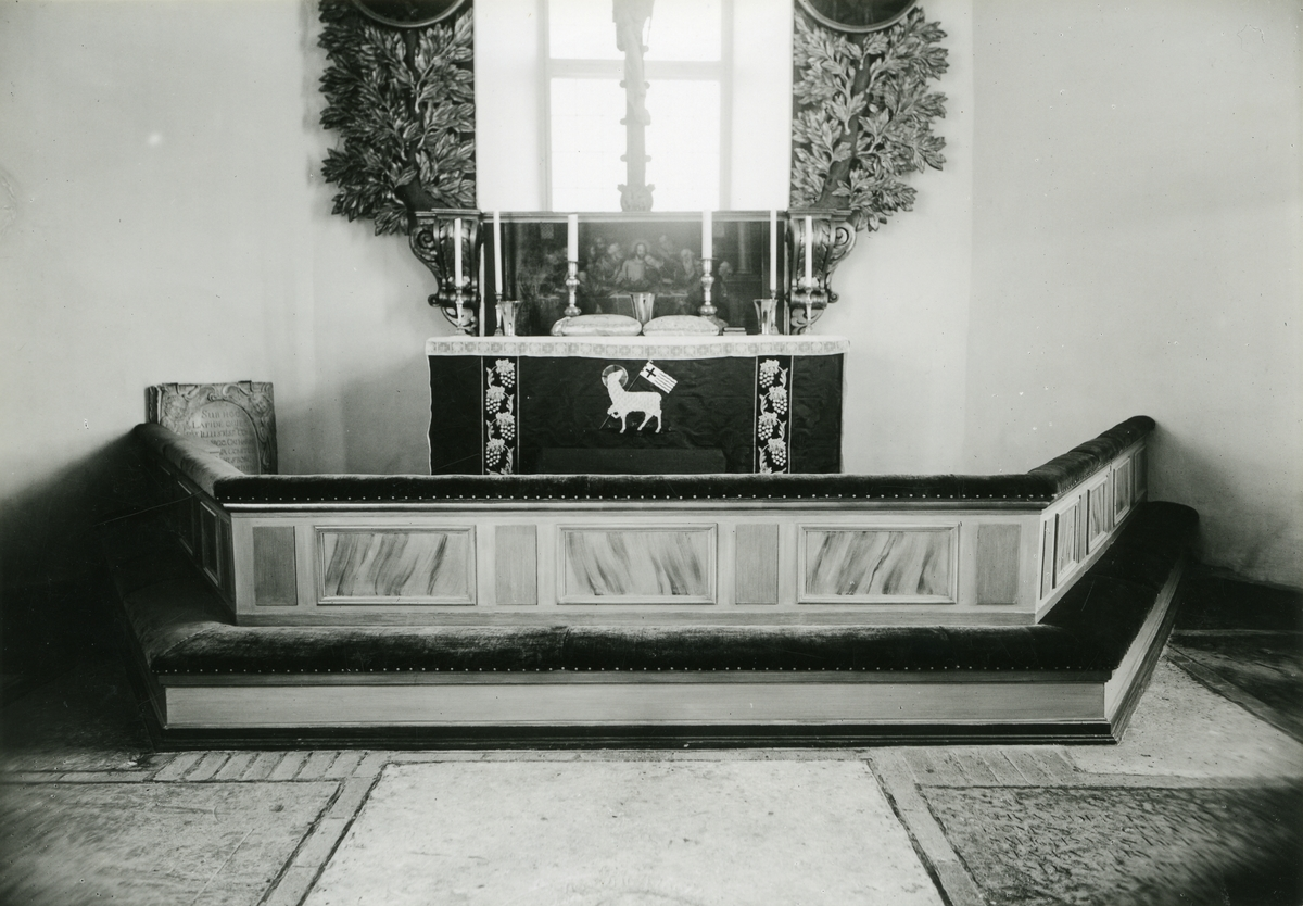 Kolbäck sn. Interiör från Kolbäcks kyrka, med altaret.