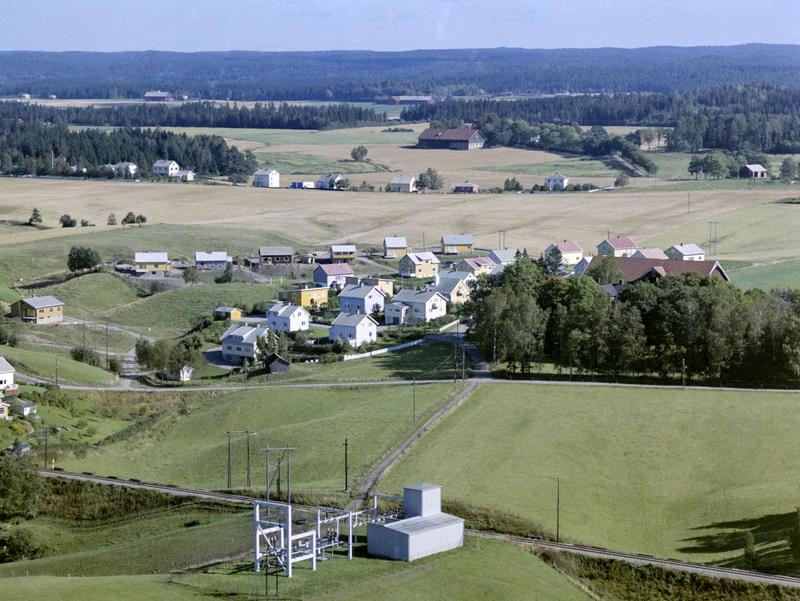 Flyfoto eller skråfoto av Gudimfeltet og Dørjehaugen, Rakkestad 11. sept. 1963. (Foto/Photo)