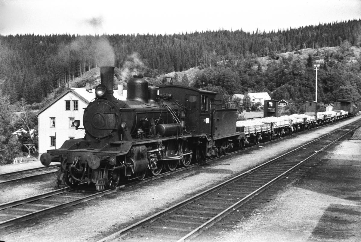 Damplokomotiv type 18c nr. 246 med grustog til Namsos på Grong stasjon.