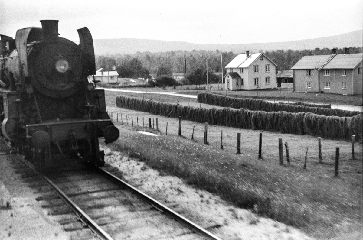 Kryssing på Glåmos stasjon. Damplok type 26cnr. 432.