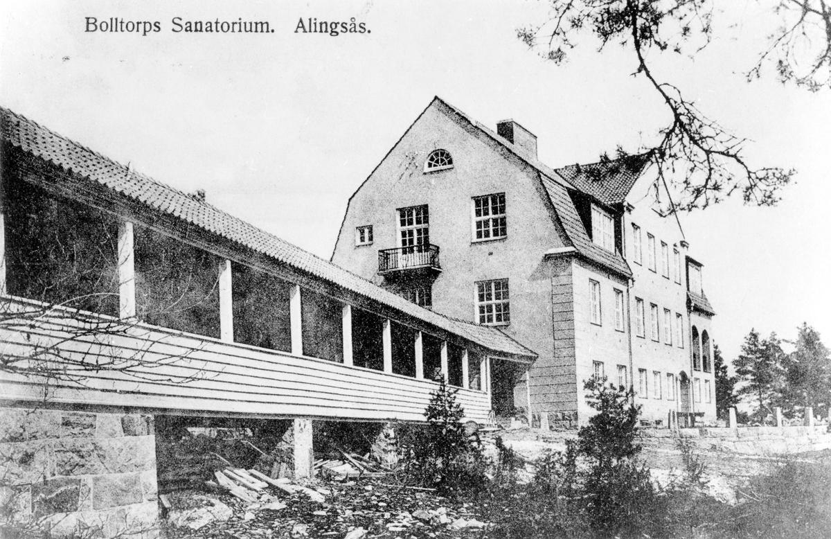 Vykort som visar den långa verandan, till vänster, som sträcker sig upp mot Bolltorps sanatorium.