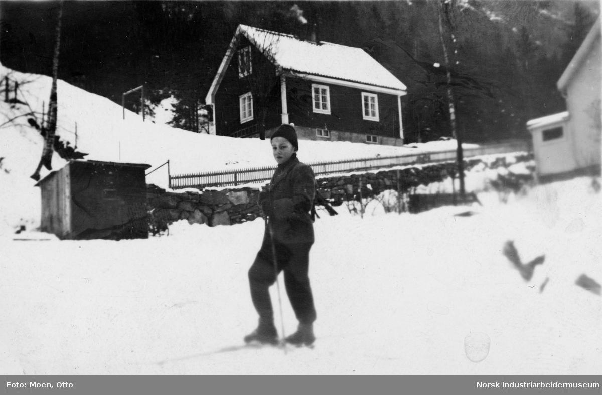 Gutt foran bolighus i Bjørkhauglia.