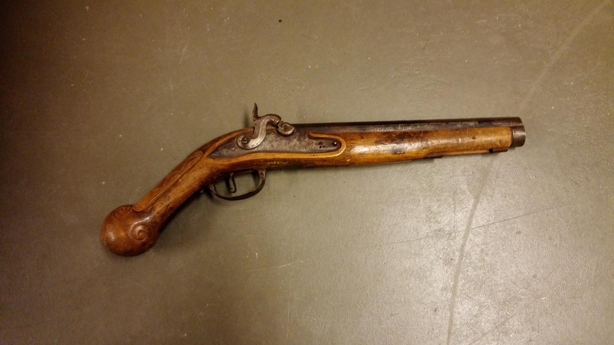 1 pistol.  Av samme type som no. 3712 med middelaldersk facon på skjæftet. Pistolen er helskjæftet (av birk). Kolben meget bøiet og ender i en kule, paa oversiden noget orneret med utskjæringer. Mundladning har nu pistolen, men er omarbeidet fra flintelaas pistol.  Løbets længde 33,7 cm, og kaliber 22 mm, glat løp.  Kjøpt av Bjørn K. Gjeithus, Arnafjord.