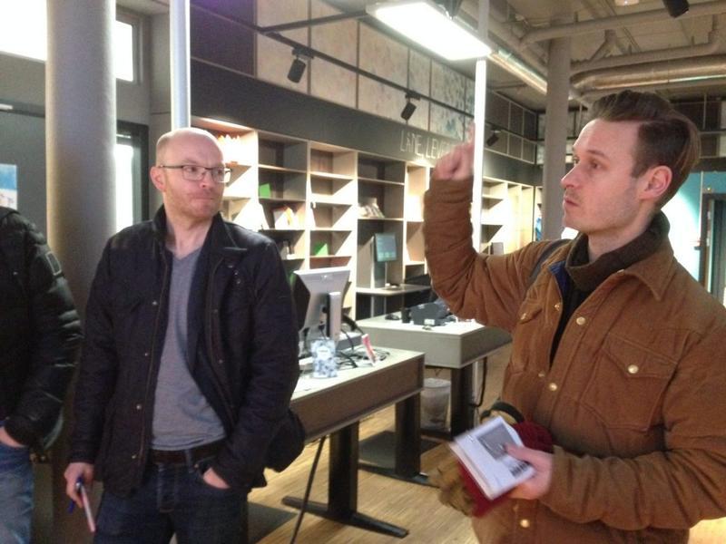 Forskaren Jo Ese och arkitekten Jørn Are Vigestad Berge vid besök på Furuset bibliotek og aktivitetshus.
