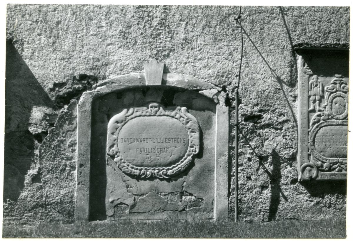 Götlunda sn, Götlunda kyrka.  Gravhäll i östra kormuren. Danckwardt-Lilljeströmska gravkoret. 27/6 1957.