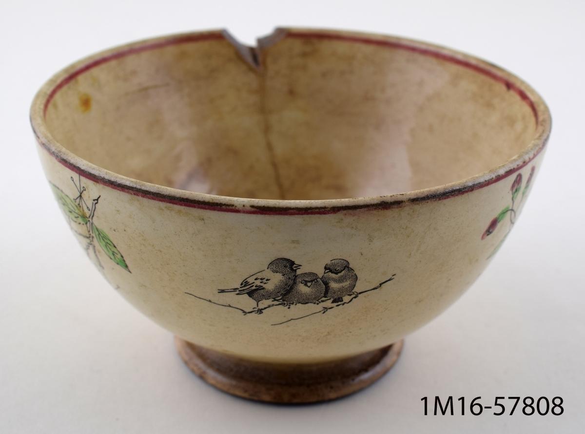 Spilkum, halvklotformig, på sidorna två grenar törnrosor och 2 grupper fåglar.