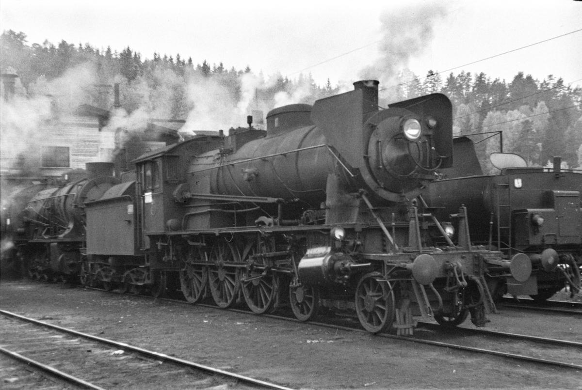 Damplokomotiv type 30b nr. 316 ved lokomotivstallen på Hønefoss stasjon.