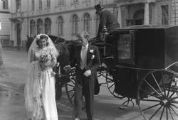 Brudeparet Stokke på vei inn i Handelsstandens hus