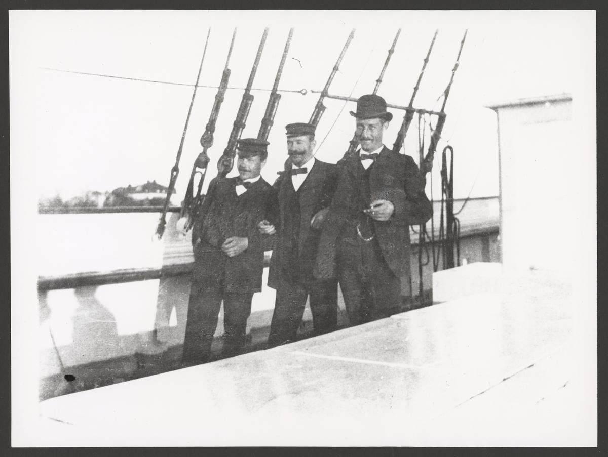 Porträtt av tre deltagare av denSvensk-ryska gradmätningsexpeditionen ombord på kanonbåten Svensksund.