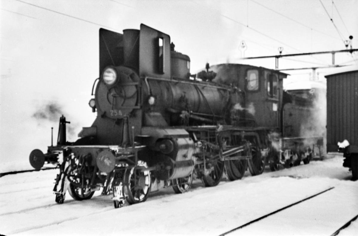 Damplokomotiv type 27a nr. 254 på Hamar stasjon.