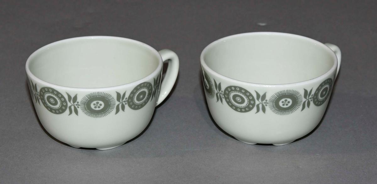 To kopper av hvit keramikk med dekorativ borde på midten med motiv av sirkelmønstre.