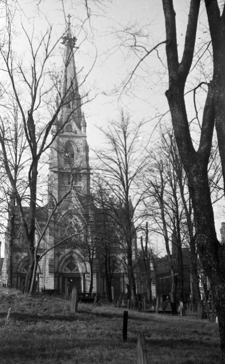 Babtistkirken i Halifax. Kirkegård og trær i forgrunnen.