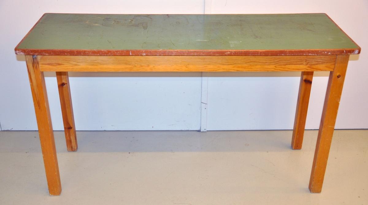Et smalt langt bord i furu og bøk. Bordplaten er malt grønn. Bordet har fire ben.