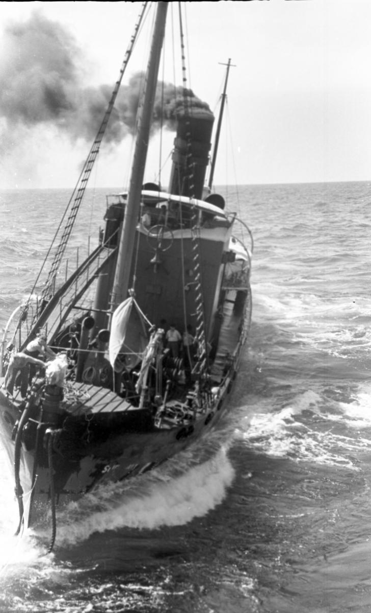 Hvalbåt på vei. Suderøy på vei til fangstfeltet.