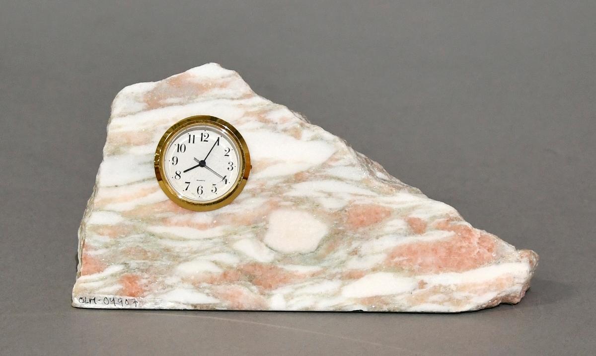 Trekantformet bordur av naturstein (marmor).