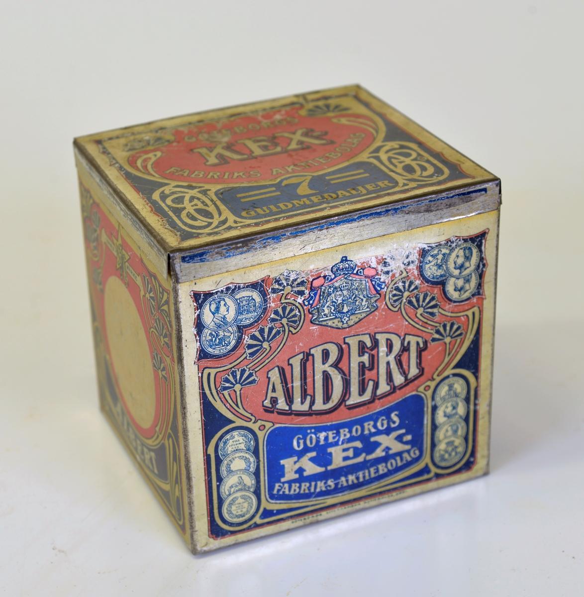 """Fyrkantig kexburk med lock. Tryckt dekor i flera färger bland annat med texten """"Albert Göteborgs Kexfabriks Aktiebolag."""
