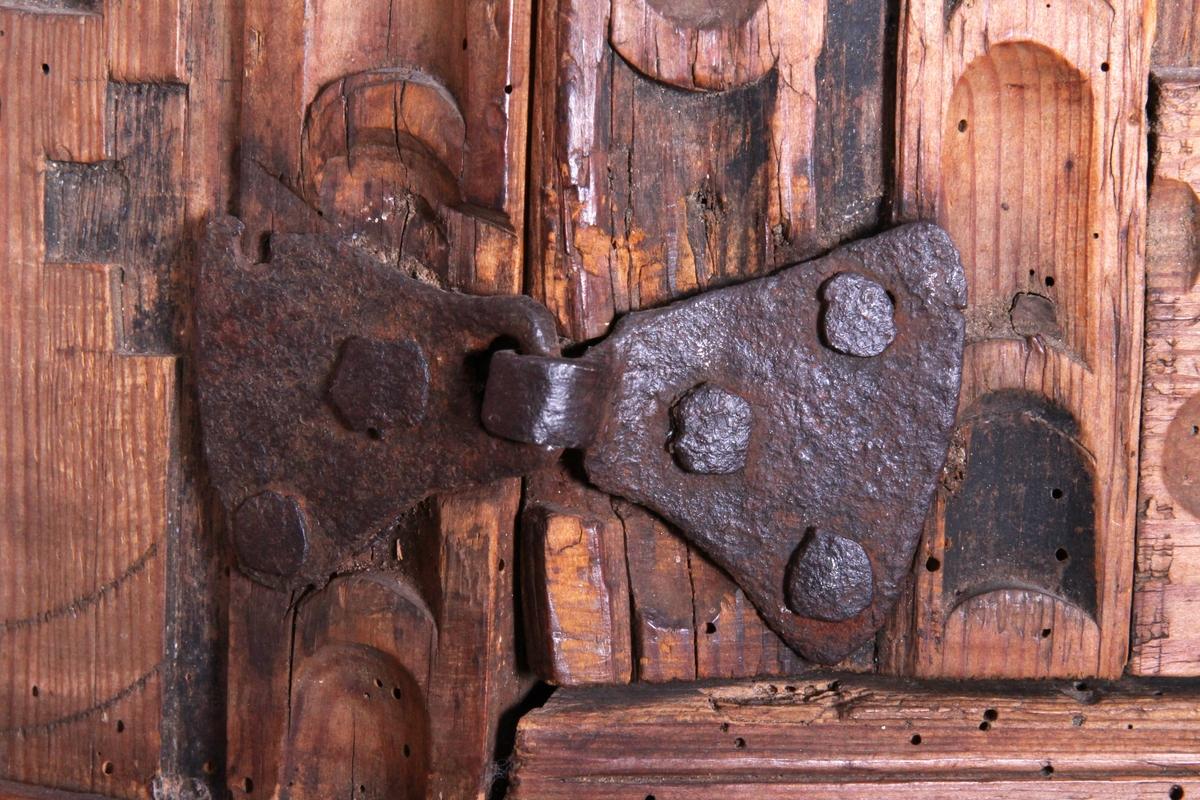 Hjørneskap med utskjæringer i renessansestil. Framsiden er dekorert med renessanseornamentikk i flatskurd beslagmotiv, båndflettning og kasettmotiv. Hengslet dør med buefelt og pilaster. To hyller inni.